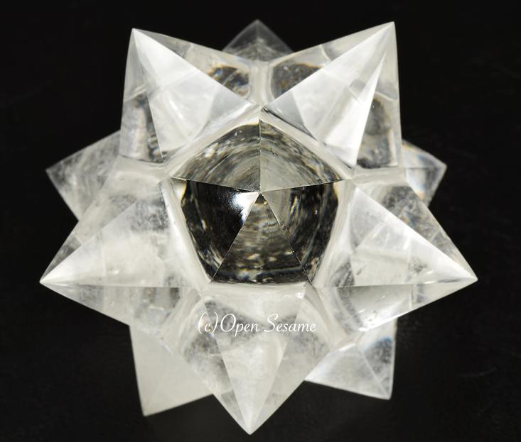 アステロイド水晶の突起の根本が五角形になっている様子
